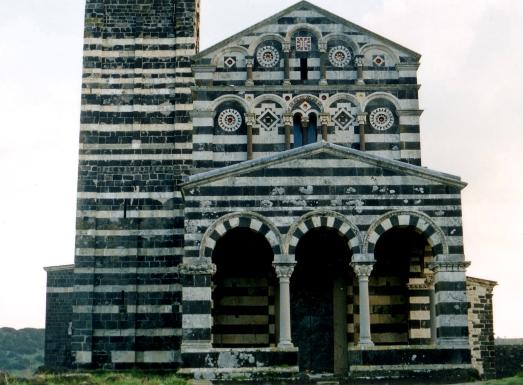 SS Trinità di Saccargia, prospetto con portico (Foto Giovanni Capuano)